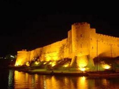 Το Κάστρο της Κερυνειας φωταγωγημένο. Ανατολική του πλευρά.