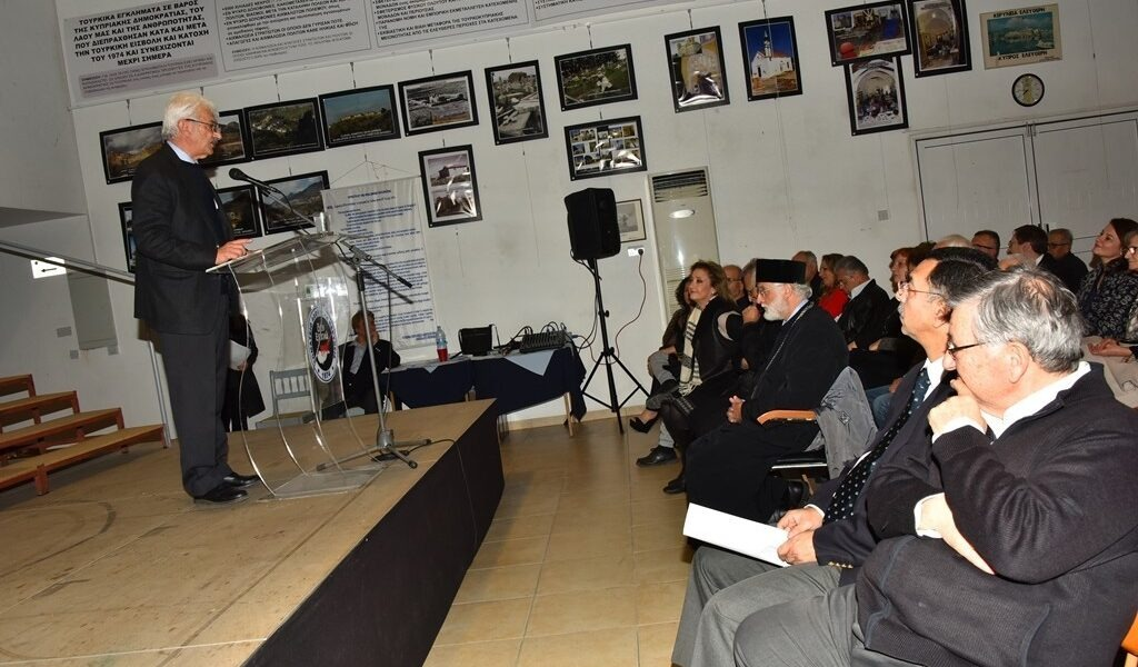 Ο Πρόεδος της Αδούλωτης Κερύνειας Κλεάνθης Σολέας χαιρετίζει την εκδήλωση Ο ΠΑΓΚΟΣΜΙΟΣ ΕΛΛΗΝΙΣΜΟΣ